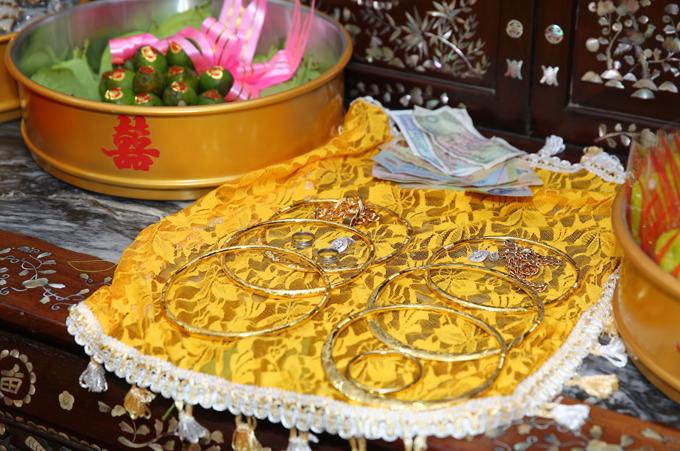 Ngoài trầu cau, bánh kẹo, trà, rượu còn có một mâm đựng 6 chiếc kiềng vàng, 3 vòng tay, bông tai và nhẫn cưới.