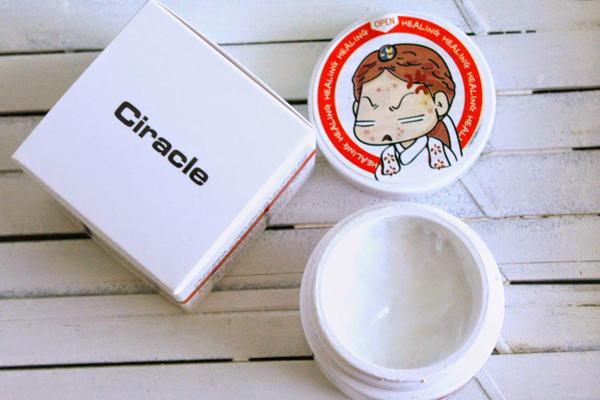 Ciracle Red Spot Cream Kem trị mụn của Ciracle có chứa ó chứa kẽm oxit, niacinamide, sunlfur và một số hoạt chất dưỡng ẩm, làm dịu.