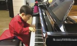 Cậu bé 5 tuổi chơi đàn piano điêu luyện