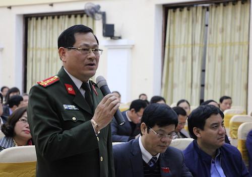 Đại tá Nguyễn Hữu Cầu tại kỳ họp HĐND Nghệ An hôm 19/12. Ảnh: Anh Thư.