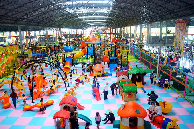 Hơn 150 công trình vui chơi đa dạng của Suối Tiên đang chờ đón du khách mọi lứa tuổi. Các em nhỏ có thểtìm về ký ức tuổi thơ với 99 trò chơi liên hoàn tại Vương quốc Thiên tài tương lai.
