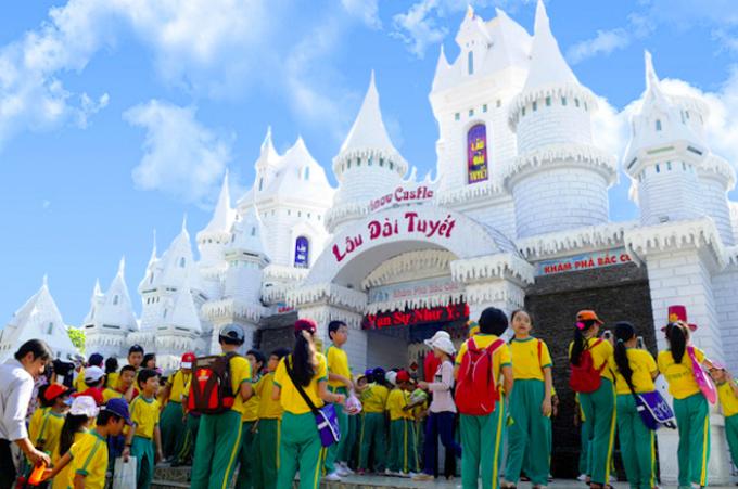 Du khách có cơ hội hóa thân thành công chúa, hoàng tử của vương quốc mùa đông tại Lâu đài tuyết.