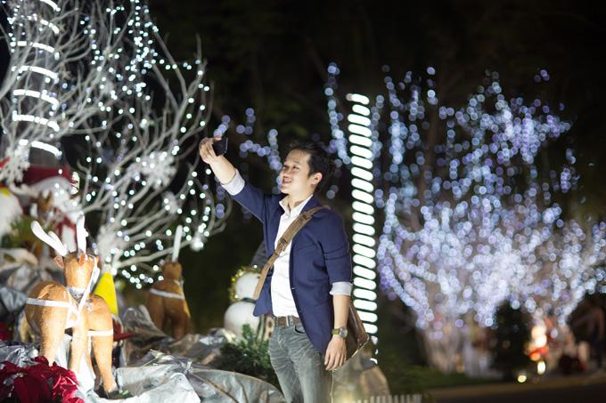 Trung tâm Đà Nẵng dịp cuối năm cũng được trang hoàng rực rỡ tại các khu công viên, là nơi để vui chơi và chụp ảnh của người dân địa phương. Với camera kép xóa phông của Galaxy J7+, bức ảnh trông thu hút hơn với chủ thể nổi bật, rõ nét trên nền hậu cảnh được làm mờ phía sau.