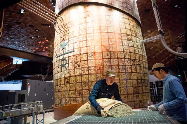 Chiếc máy rang cà phê khổng lồ cao bằng 2 tầng nhà với 200 con dấu cổ khắc bên ngoài, đậm chất Trung Hoa.