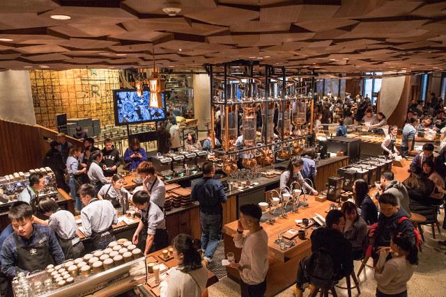 Đặc biệt, đây là cửa hàng thứ 2 trên thế giới của thường hiệu này triển khai hình thức rang xay pha chế lộ thiên ngay trước mắt thực khách. Các dụng cụ pha chế được đặt ngay trong cửa hàng và người dùng có thể chứng kiến toàn bộ quá trình làm ra cốc cà phê thành phẩm.