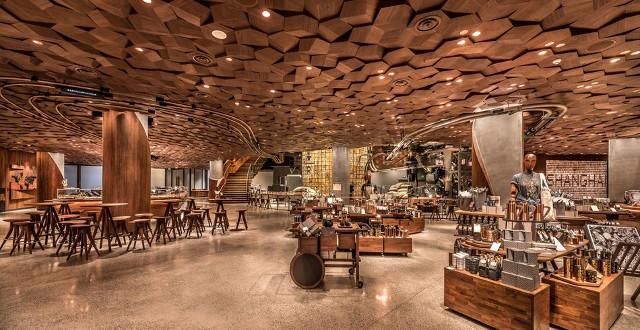 Ngay từ ngày đầu khai trương đã có rất đông người đứng chờ xếp hàng dài để được đặt chân vào cửa hàng sáng nhất phố này. Cùng với xu hướng sính ngoại ở đất nước tỷ dân, Starbucks phát triển rất nhanh chóng và được ưa chuộng tại đây. Riêng thành phố Thượng Hải có tới 600 cửa tiệm ở khắp các ngóc ngách, đặc biệt là ở các khu đông khách du lịch.