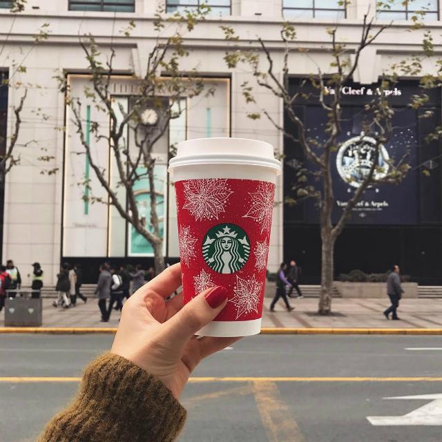 Ở Thượng Hải, một số quán Starbucks khá đình đám mà bạn nên check in là ở khu Xintiandi với lối kiến trúc Pháp, ở Yuyuan Garden mô phỏng một quán trà lầu thời xưa hay ở bến Thượng Hải...
