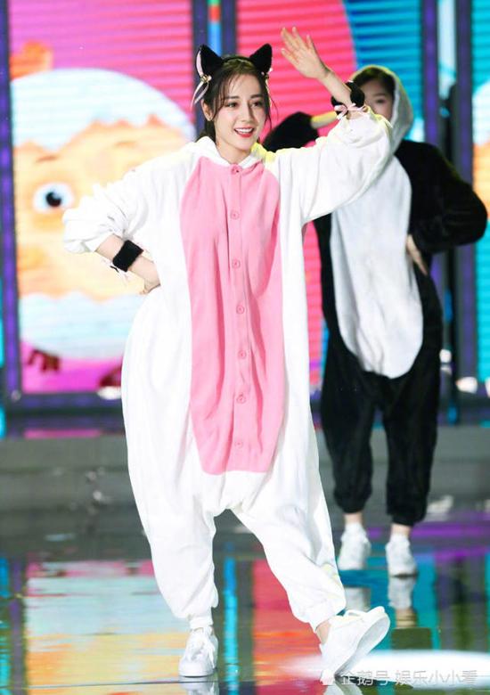 Địch Lệ Nhiệt Ba trong bộ trang phục dễ thương đã chiếm trọn trái tim khán giả. Khi cô biểu diễn, khán giả hò hét và khen cô khả ái.
