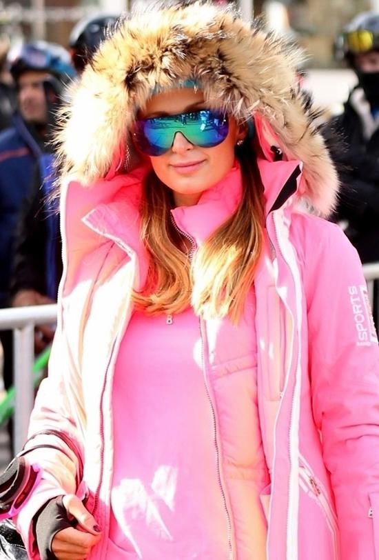 Paris Hilton tới Aspen, Colorado trượt tuyết hôm 27/12. Người đẹp mặc hồng từ trong ra ngoài và đeo kính gương chói lóa.