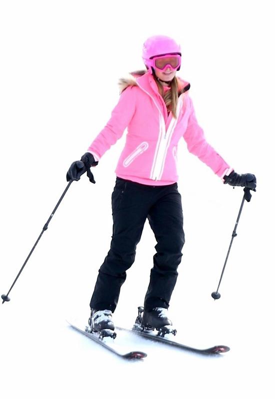 Thậm chí mũ bảo hiểm và kính trượt tuyết của cô cũng màu hồng rực.