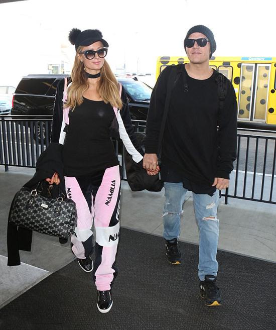 Trước đó, Paris mặc bộ đồ thể thao tông hồng - đen rời sân bay Los Angeles để tới Aspen.