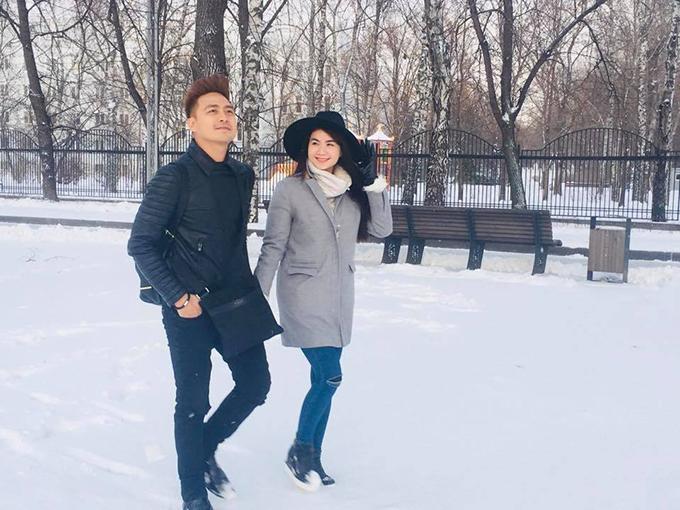 Kha Ly - Thanh Duy nắm tay nhau đi dạo dưới trời tuyết, bất chấp cái lạnh. Nữ diễn viên chia sẻ: Ngày nào thức dậy nhìn ra cửa sổ cũng thấy tuyết rơi trắng xoá, rồi hai đứa đứng nhìn tuyết rơi y như phim vậy đó, bất chấp cái lạnh kéo nhau đi chụp hình vì quá đẹp.