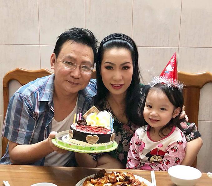 Diễn viên Kim Chi đăng ảnh chúc mừng sinh nhật ông xã. Năm nay, cô bận đi diễn, con gái lớn làm bánh sinh nhật tặng ba.