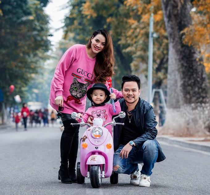 Gia đình Trang Nhung đưa con gái đi chơi phố đi bộ Hồ Gươm. Hai mẹ con nữ diễn viên mặc đồ đôi màu hồng.