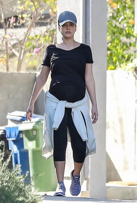 Jessica Alba có buổi cuốc bộ đường dài ở Los Angeles hôm 27/12. Trong suốt quá trình mang thai, cô đào Hollywood vẫn tích cực tập gym và thường xuyên đi bộ tập thể dục.