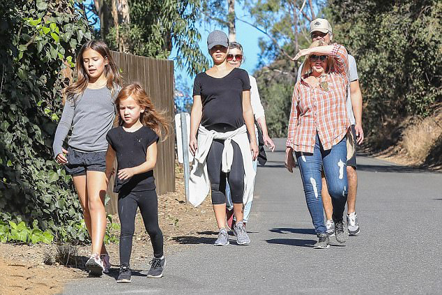 Nữ diễn viên đi bộ cùng cả gia đình. Cô và ông xã Cash Warren đã có hai con gái 10 và 6 tuổi.