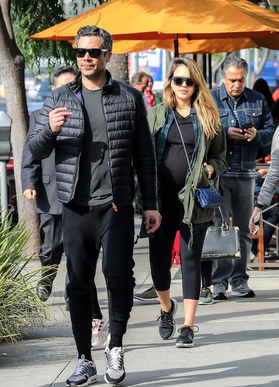 Đến buổi trưa, Jessica Alba tiếp tục cuốc bộ đi ăn với chồng.