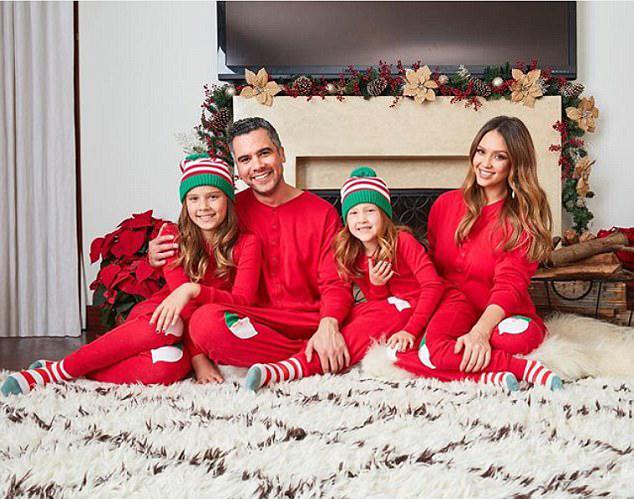 Alba đang cùng gia đình tận hưởng kỳ nghỉ Giáng sinh và năm mới. Cô chia sẻ bức ảnh cả nhà mặc ton sur ton quây quần trong tổ ấm hạnh phúc hôm 25/12.
