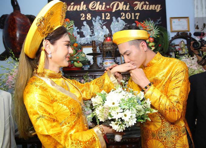 Sau khi trao nhẫn cho vợ yêu, Trần Phi Hùng dịu dàng hôn tay cô.