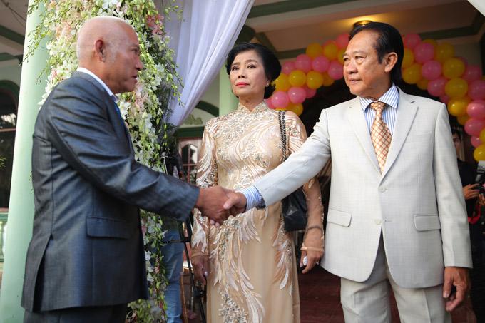 Bố mẹ Lâm Khánh Chi tiếp đón thông gia sang làm lễ xin rước dâu về Vũng Tàu.