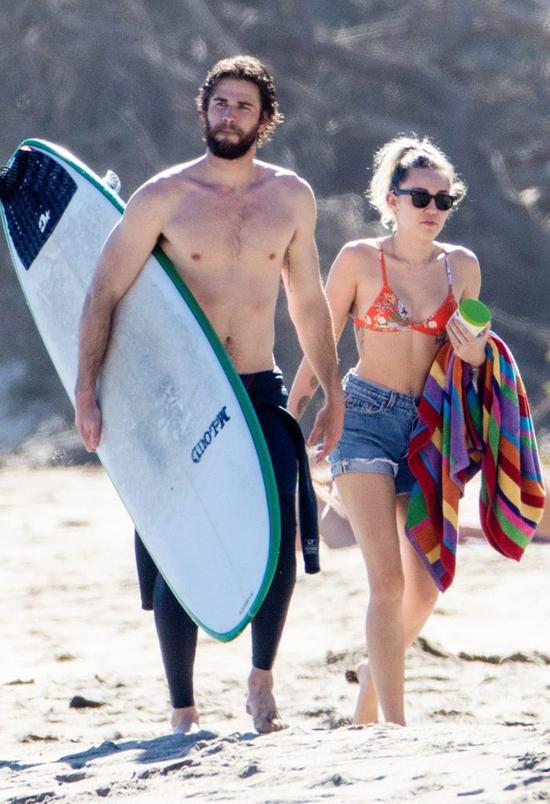 Liam và Miley Cyrus đi lướt sóng ở Malibu, California hè năm nay.