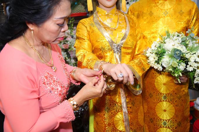 Mẹ chồng cô cũng tự tay tặng trang sức cưới cho con dâu.