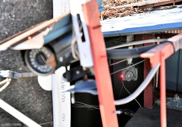 Các camera giám sát lắp quanh ngôi nhà.