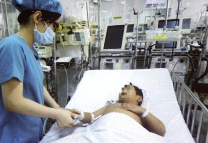 Bệnh nhi tiếp tục được theo dõi tình trạng nhiễm trùng phổi. Ảnh: V.Đ