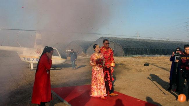 Chú rể thuê trực thăng đến đón cô dâu