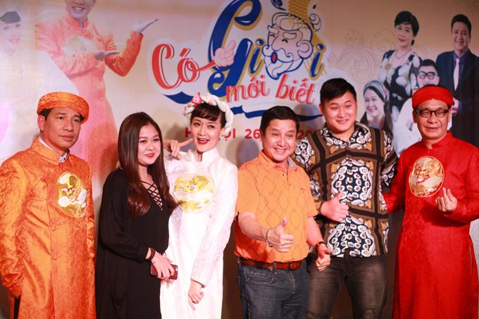 Vân Dung nhí nhảnh bên các đồng nghiệp Chí Trung, Đức Khuê, Quang Thắng và ê kíp sitcom Có Giời mới biết.