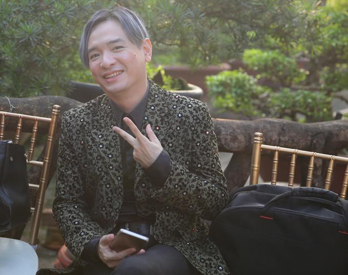 Ca sĩ Việt Quang tạo dángxì tin trước ống kính.