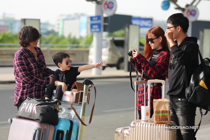 8h sáng 29/12, cả nhà Thu Thuỷ xuất hiện tại sân bay Tân Sơn Nhất (TP HCM) để đi Malaysia.