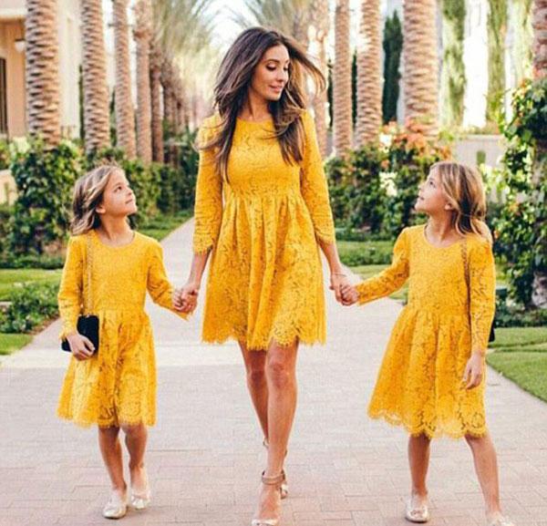 Cặp đinh đôi Leah - Ava và mẹ.