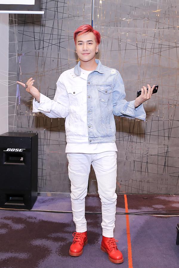 Ca sĩ Lou Hoàng.