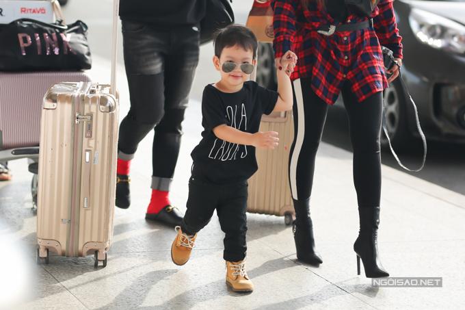 Thu Thuỷ đưa con trai và mẹ đi du lịch Malaysia - 9