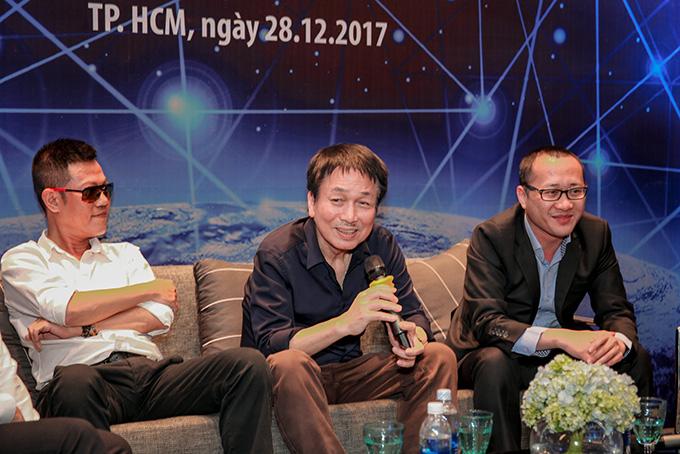 Nhạc sĩ Quốc Bảo (trái), nhạc sĩ Phú Quang (giữa) cũng góp mặt trong buổi toạ đàm về chủ đề Các thành tựu và tầm nhìn tiên phong. Trong đó, 3 yếu tố chính đảm bảo quyền online trong âm nhạc được quan tâm là giá trị niềm tin, tự do thương mại và hợp tác mang lại tiện ích, hiệu quả.