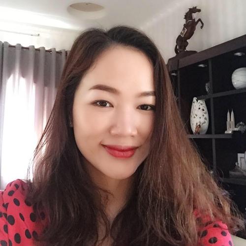 Chị Hồng Diễm, 33 tuổi, là chủ nhân khu vườn 500 m2 tràn ngập rau xanh và cây ăn trái. Vườn rau mơn mởn ngay dưới sân nhà là thành quả suốt hai năm chị Diễm miệt mài trồng trọt. Bà mẹ Sóc Trăngtrải qua không ít thất bại trước khi trở thành nông dân thành phố.