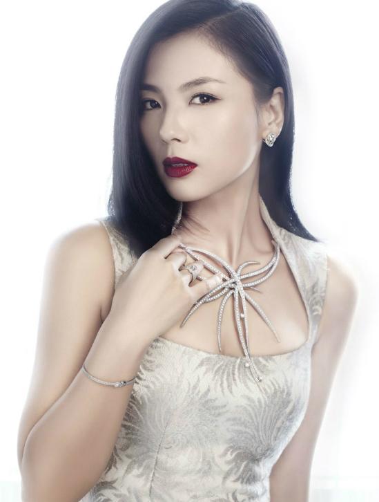 Đứng ở vị trí thứ 8 với chỉ số giá trị thương mại 75.4 là Lưu Đào. Dù sắp bước sang tuổi 40, nhưng nhan sắc mặn mà, khả năng diễn xuất tốt vẫn giúp người đẹp giữ vững phong độ của mình. Quay trở lại làng giải trí với2 phần của bộ phim nổi đình nổi đám Hoan lạc tụng, nữ diễn viênđạt đến đỉnh cao mới trong sự nghiệp. Cô được thương hiệu quốc tế Lancome chọn làm đại sứ thương hiệu tại Trung Quốc. Lưu Đào cũng được nhiều nhãn hàng thời trang và trang sức trong nước tin tưởng và lựa chọn trở thành gương mặt đại diện.