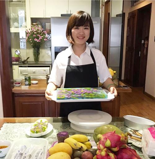 Chị Phương Nga, 36 tuổi, là gương mặt quen thuộc của nhiều diễn đàn chia sẻ bí quyết nấu ăn ngon. Bà mẹ Hà Nội được ngưỡng mộ nhờ tài tỉa thạch 3D sáng tạo và đẹp mắt. Chị Nga có khoảng hai năm theo đuổi đam mê làm thạch nghệ thuật. Những sản phẩm của chị nhận được nhiều sự yêu thích và chia sẻtrên mạng xã hội.