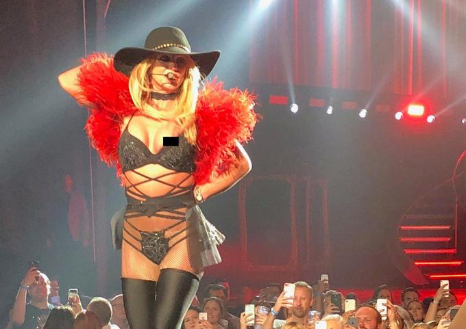 Britney Spears để lộ nhũ hoa trước cả nghìn khán giả khi bra xô lệch trong đêm diễn ở Las Vegas hôm 1/11. Nữ ca sĩ từng gặp phải sự cố tương tự trong show diễn hồi tháng 2.