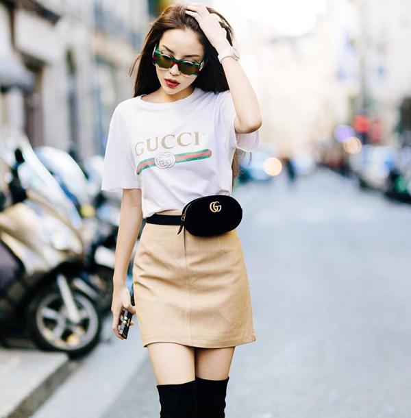 Kỳ Duyên sành điệu trên phố Paris với cách mix áo thung hot trend đi cùng chân váy ngắn và các phụ kiện ăn khách nhất năm nay là bốt cao cổ và túi ngang hông.