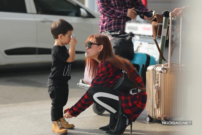 Nữ ca sĩ cho biết, đợt này cô đi Malaysia biểu diễn, lại đúng dịp Tết Tây nên đưa cả mẹ và con trai đi cùng.
