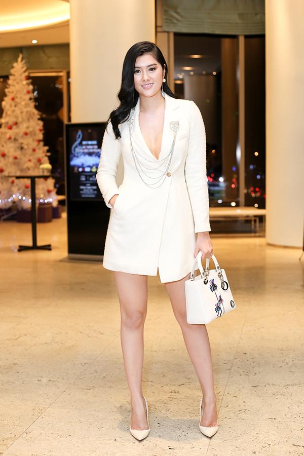 Hoa hậu châu Á tại Australia 2016 - ca sĩ Huỳnh Tiên cũng chuộng mốt xẻ ngực khoe vẻ sexy.
