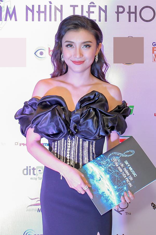 Ca sĩ Tiêu Châu Như Quỳnh để lộ vai trần trong bộ váy bó. Cô chuẩn bị ra mắt album thứ hai trong sự nghiệp.