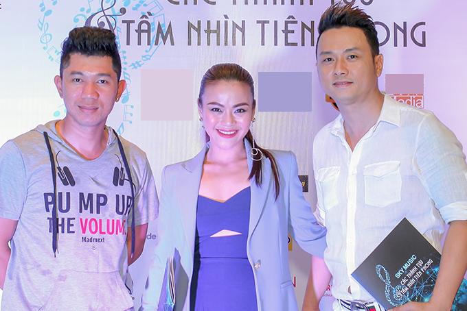 Từ trái qua: ca sĩ Lương Bằng Quang, Nguyễn Hải Yến và Hàn Thái Tú chụp ảnh chung khi hội ngộ.