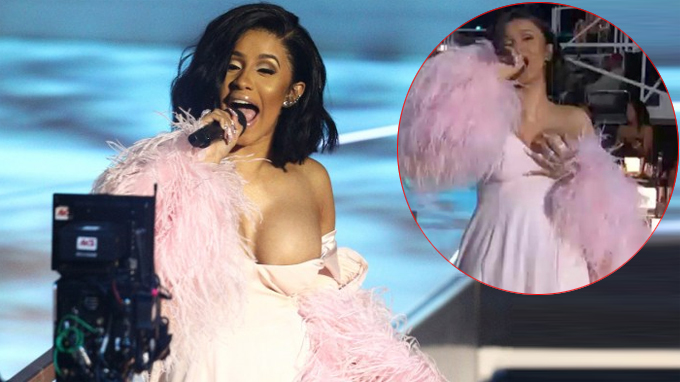 Cardi B - nữ rapper nổi như cồn năm nay với ca khúc Bodak Yellow - ngượng chín mặt khi dây áo tuột tại lễ trao giải MTV VMAs 2017 đang được truyền hình trực tiếp. Tất cả mọi ánh mắt đổ dồn vào phía Cardi B khiến cô chỉ còn biết lấy tay che chắn cho đến khi đọc xong lời giới thiệu.