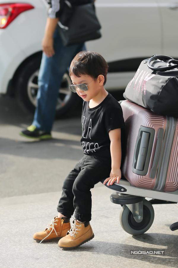 Thu Thuỷ rất có gu ăn mặc nên cô chịu khó chăm chút cho con trai. Cậu bé đã ra dáng fashionista nhí với phong cách mặc sành điệu.