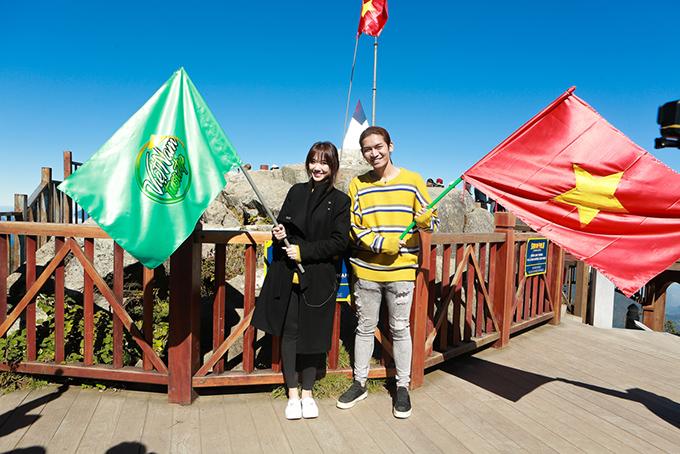 Hai nghệ sĩ hạnh phúc khi đứng trên đỉnh của ngọn núi cao nhất khu vực Đông Dương, trên 3.000 mét.