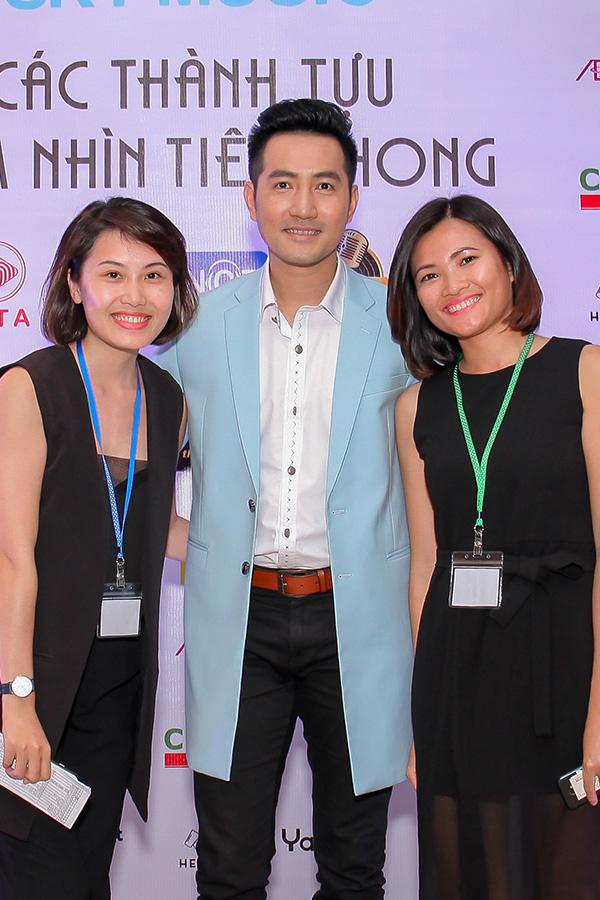 Ca sĩ Nguyễn Phi Hùng được các thành viên ban tổ chức yêu mến.