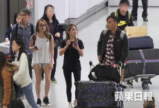 Trần Tuệ Linh và con gái cùng gia đình nhà chồng xuất hiện tại sân bay Hong Kong tối 28/12, cả gia đình trở về sau chuyến du lịch Australia dịp năm mới. Tỷ phú sòng bài Alvin không tham gia chuyến du lịch này, theo một nguồn tin, anh ở bên vợ bé Mandy Lieu và các con riêngdịp Noel.